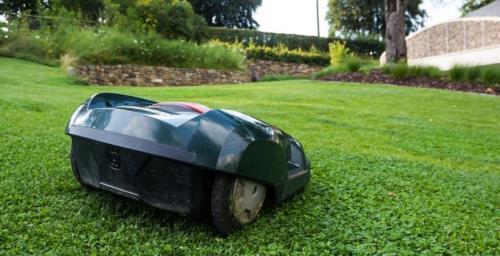 Mäh-Roboter beim mähen des Rasens
